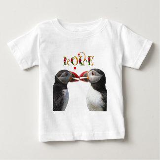 2羽のツノメドリのキス ベビーTシャツ