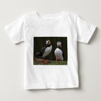 2羽のツノメドリ ベビーTシャツ