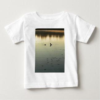2羽の水潜り鳥 ベビーTシャツ