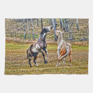 2頭のよくはしゃぐなまだら馬のペンキの馬のウマ科のな芸術のデザイン キッチンタオル