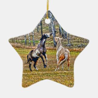 2頭のよくはしゃぐなまだら馬のペンキの馬のウマ科のな芸術のデザイン セラミックオーナメント