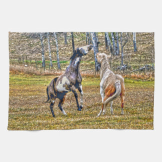 2頭のよくはしゃぐなまだら馬のペンキの馬のウマ科のな芸術のデザイン タオル