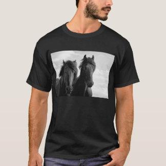 2頭のFriesianの種馬 Tシャツ