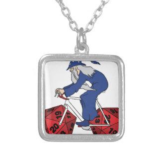 20の味方されたサイコロの車輪が付いている魔法使いの乗馬のバイク シルバープレートネックレス
