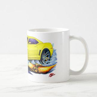 2010年のCamaroの黄色い車 コーヒーマグカップ