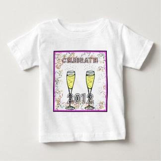 2012年のシャンペンの紙吹雪のプリントを祝って下さい ベビーTシャツ