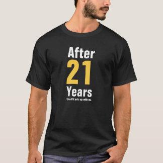 21年後で彼女はまだ私を我慢しました Tシャツ
