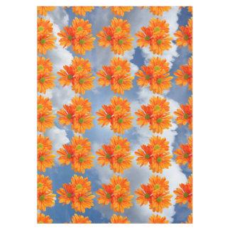 3つのガーベラのデイジーの花だけ + あなたの文字及びアイディア テーブルクロス