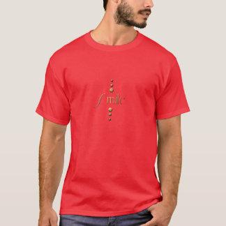 3つの点の金ゴールドのブロックのスマイル及びバーガンディの背景 Tシャツ