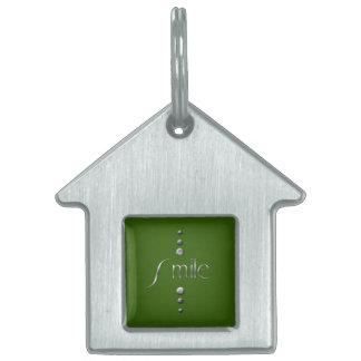 3つの点の銀製のブロックのスマイル及び緑の背景 ペットネームタグ