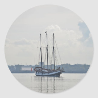 3マストを立てられていたスクーナー船Trinovante. ラウンドシール
