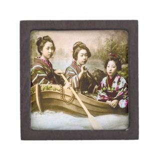 3人の芸者の続けてボートのヴィンテージのスライドガラス ギフトボックス