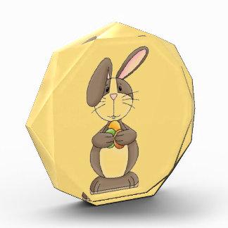 3個の着色された卵を握るだらしない耳のバニー 表彰盾
