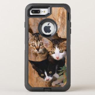 3匹のかわいく好奇心が強い猫の子ネコペット写真は保護します オッターボックスディフェンダーiPhone 8 PLUS/7 PLUSケース