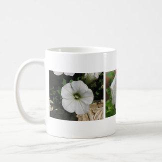 3匹の白いペチュニア コーヒーマグカップ