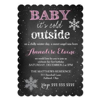 311ピンクの赤ん坊それは冷たい外の冬の誕生日です 12.7 X 17.8 インビテーションカード