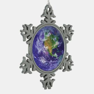 3D地球のアースデー スノーフレークピューターオーナメント