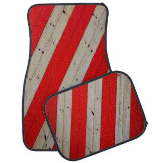 4つのカーマットの赤のストライプそして木デザインセット カーマット