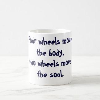 4つの車輪は体のマグを動かします コーヒーマグカップ