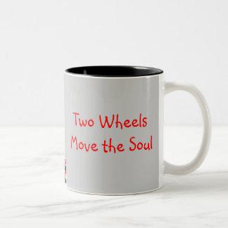 4つの車輪は体を、…動かします ツートーンマグカップ