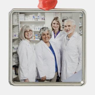 4人の微笑の薬剤師のポートレート メタルオーナメント