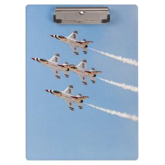 4羽のF-16雷鳥は密集隊形で飛びます クリップボード