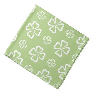 4葉のクローバーの緑パターン バンダナ