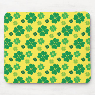4葉のクローバーのSt patricks dayの緑金ゴールド マウスパッド