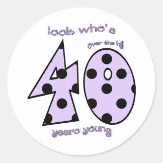 40誕生日-紫色の水玉模様--はだれであるか見て下さい 丸形シール・ステッカー