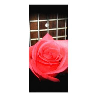 5ひも低音の焦燥板に対する赤いピンクのバラ ラックカード