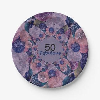 50およびすばらしい紫色は誕生日を風船のようにふくらませます ペーパープレート