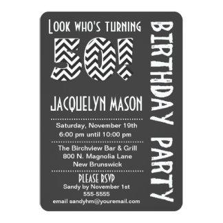 50の誕生日の招待を回している黒くか白い一見 カード