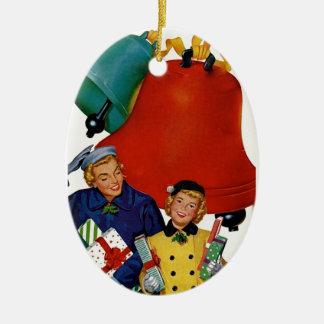 50年代お母さんおよび娘のクリスマスの買物をすること 陶器製卵型オーナメント