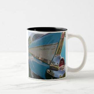 57 Chevyの白いコーヒー・マグ ツートーンマグカップ