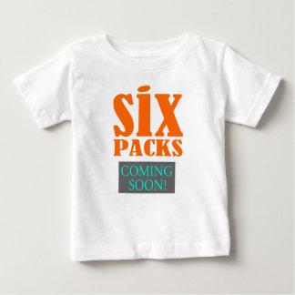 「6パック-すぐに来ます!」 おもしろTシャツ ベビーTシャツ