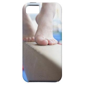 6-7歳の女の子はバランスを渡ってゆっくり歩きます iPhone SE/5/5s ケース