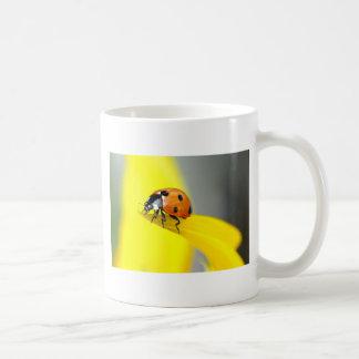 7つの点のてんとう虫はヒマワリで散歩します コーヒーマグカップ