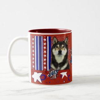 7月4日の爆竹-柴犬- Yasha ツートーンマグカップ