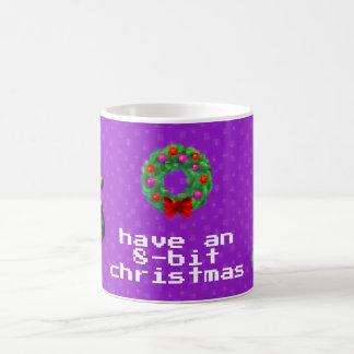 """""""8ビットクリスマス""""のコーヒー・マグ(暗い紫色) コーヒーマグカップ"""
