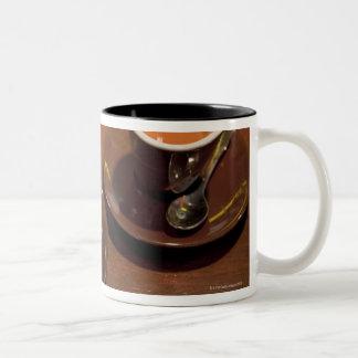 aの新たに醸造されたエスプレッソのコーヒーの2個のコップ ツートーンマグカップ