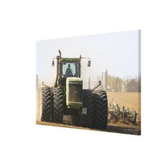 aの春の土を耕す大きいトラクター キャンバスプリント