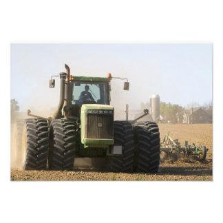 aの春の土を耕す大きいトラクター フォトプリント