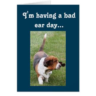 """Aの""""悪い耳日""""のバースデー・カードを持っているかわいいバセット犬 カード"""