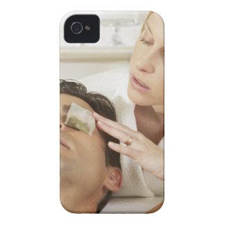 a上のティーバッグを置いている若い女性のクローズアップ Case-Mate iPhone 4 ケース
