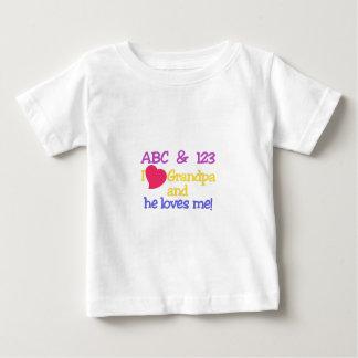 ABC及び123のIの祖父及び彼は私を愛します! ベビーTシャツ
