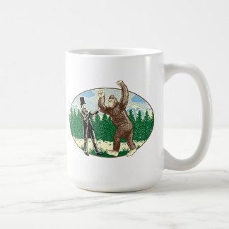 ABEリンカーン: サスカッチのハンター-ビッグフットのおもしろいなロゴ コーヒーマグカップ