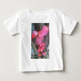 above.jpgからのfencepostの赤い葉のつる植物 ベビーTシャツ