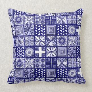 Adireパターン-深い青および白い クッション