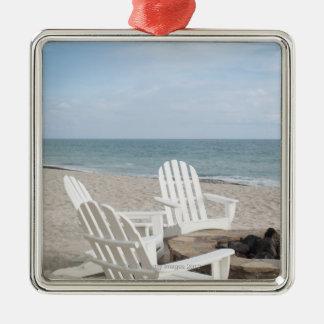 adirondackの椅子が付いている海辺の家 メタルオーナメント
