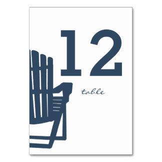 Adirondackの椅子のテーブル数カード